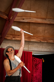 gorky jonglant aux massues